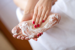 Нанесение мази на ноги при растяжении связок и мышц