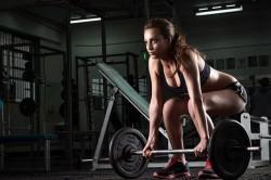 Поднятие тяжестей в спортзале как причина синяков на спине