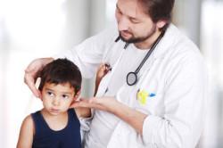 Осмотр врача при переломе черепа у ребенка