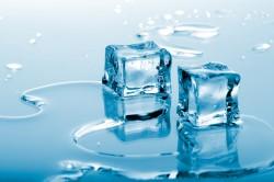 Кубики льда при ушибе стопы
