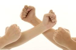 Сжимание руки в кулак для разминки пальцев