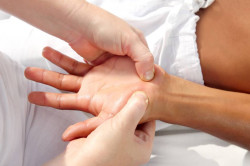 Польза массажа после гипса для избавления от отека