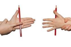 Катание карандаша по поверхности ладонью после перелома руки